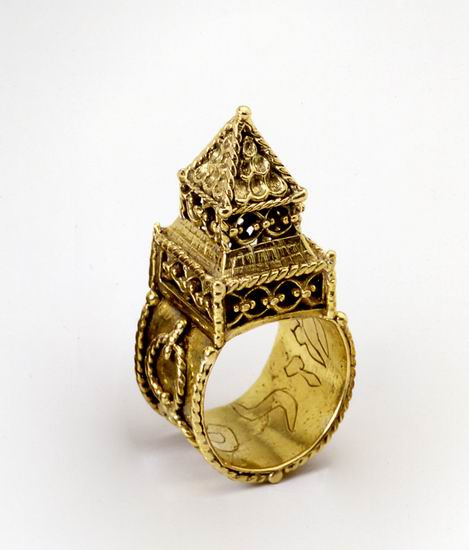 Wedding ring surmounted by a symbolic house