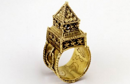 Gold wedding ring surmounted by a symbolic house